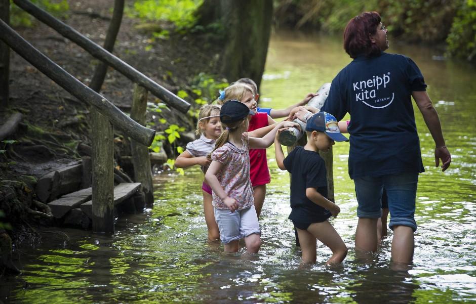 Auch bei Kindern ist Kneipps Erbe – die Wassertretanlage – weiterhin sehr beliebt.