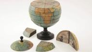 Globus-Puzzle anno 1866: Setzt man die Bilder auf den Segmenten richtig zusammen, ergibt sich an der Außenfläche der 17 Zentimeter großen Kugel die richtige Weltkarte.