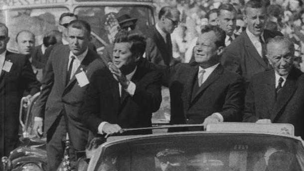 John F. Kennedy, Willy Brandt und Konrad Adenauer am 26. Juni 1963 in Berlin in dem Auto, in dem der Präsident am 22. November in Dallas ermordet wurde.