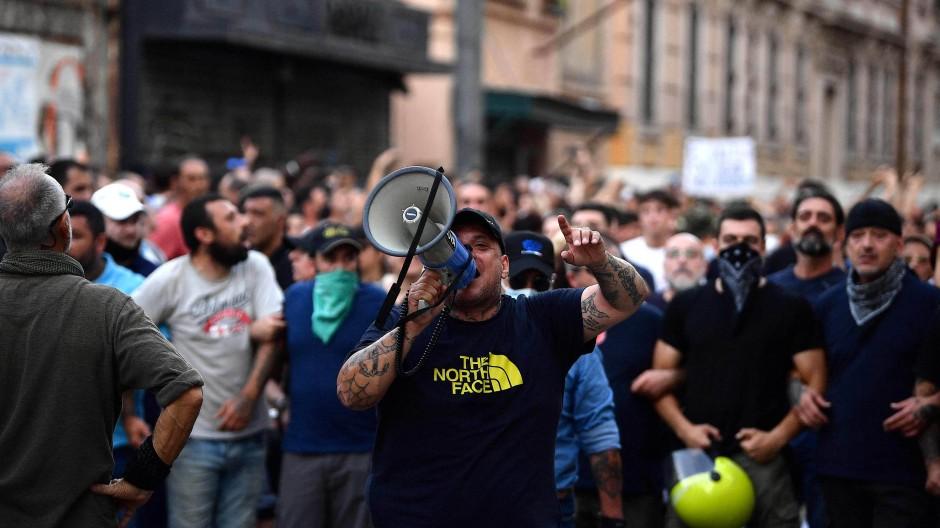 """Ultrarechte Demonstranten haben am Samstag in Rom gegen den """"grünen Pass"""" demonstriert."""