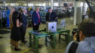 Einst zeigte Apple-Chef Tim Cook (Dritter von rechts) Donald Trump stolz sein Werk in Texas. Jetzt ist der Präsident sauer.