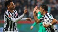 Geht doch: Marco Fabián (rechts) trifft für die Eintracht vom Elfmeterpunkt aus gegen Bremen, was auch Omar Mascarell gut findet.