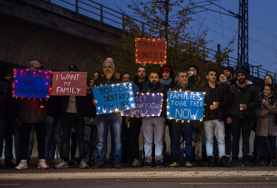 Flüchtlinge demonstrieren am Mittwoch vor dem Innenministerium in Berlin und fordern den Familiennachzug