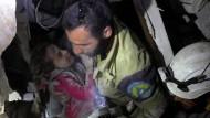 Syrische Hilfstruppen bergen am 28.September ein kleines Mädchen, das in den Trümmern eines eingestürzten Hauses in Aleppo überlebt hat.