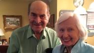 96-jähriger Erfinder des Heimlich-Manövers rettet Mitbewohnerin