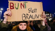 """Auch zu den Demonstrationen gegen """"Pegida"""" kommen in Dresden Tausende Menschen."""