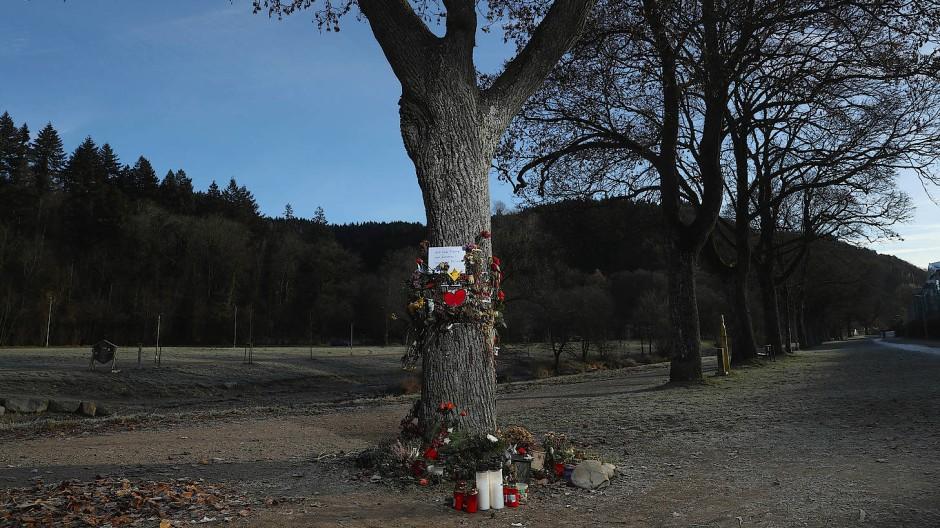 Viel Engagement, Anteilnahme - und eine Hasslawine bisher ungekannten Ausmaßes: Blumen und Botschaften am Tatort in Freiburg.
