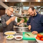 Maßarbeit: Vilgis (links) und Furlanello in der Restaurantküche des Bornheimer Ratskellers
