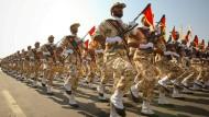 Gedenken an den Golfkrieg: Angehörige der iranischen Revolutionsgarden bei einer Parade 2011 durch Teheran