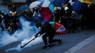 Trickreich: Im Kampf gegen Tränengas ist den Hongkonger Bürgern jedes Mittel recht.