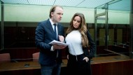 """Gina-Lisa Lohfink mit ihrem Anwalt in Berlin. """"Wenn Ihr Verteidiger etwas von Strafrecht verstünde, wäre das wirklich ein Gewinn"""", sagte der Richter."""