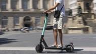 In Wiesbaden werden ab heute E-Roller aufgestellt.