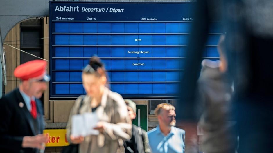 """""""Bitte Aushangfahrplan beachten"""": Wenn die Technik versagt, geht am Bahnhof nicht mehr viel."""