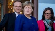 Weiter auf dem Weg zum Einheitsstaat? Angela Merkel (CDU), Christian Lindner (FDP) und Katrin Göring-Eckardt (Grüne) auf dem Balkon der Parlamentarischen Gesellschaft in Berlin.