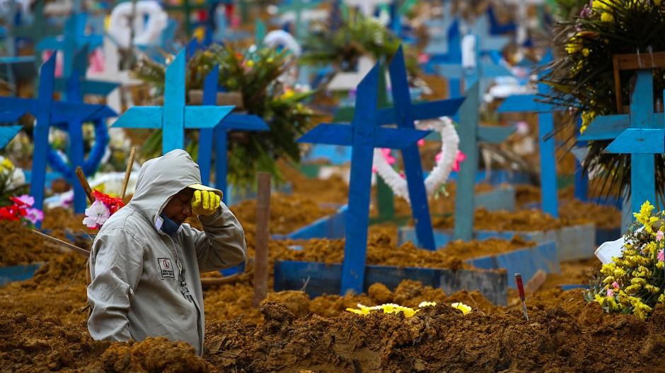 Erschöpfter Friedhofsmitarbeiter in Manuas: Brasilien meldet nun mehr Corona-Tote als Spanien.