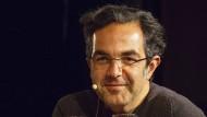 Navid Kermani in der Situation, mit der sein neuer Roman beginnt: am Ende einer Lesung