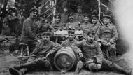 Deutsche Soldaten an der Ostfront mit einem Weinfass in 1915.