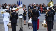 Militärkapelle spielt bei Parade Musik von Daft Punk