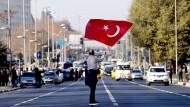 Ein Mann mit der türkischen Fahne auf der Straße in Istanbul: Nach den Anschlägen und vor dem Treffen der EU-Außenminister ist eine Diskussion über die Beitrittsverhandlungen mit der Türkei entbrannt.