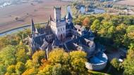 Das Schloss Marienburg wurde zwischen 1858 bis 1869 von  König Georg V.  errichtet und  ist ein beliebtes Ausflugsziel in der Region Hannover.