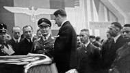 Freudenberg war 1938 auf der Automobilausstellung in Berlin vertreten: zu sehen in der Bildmitte Hermann Göring und Walther Simmer, Erfinder des Simmerringes.