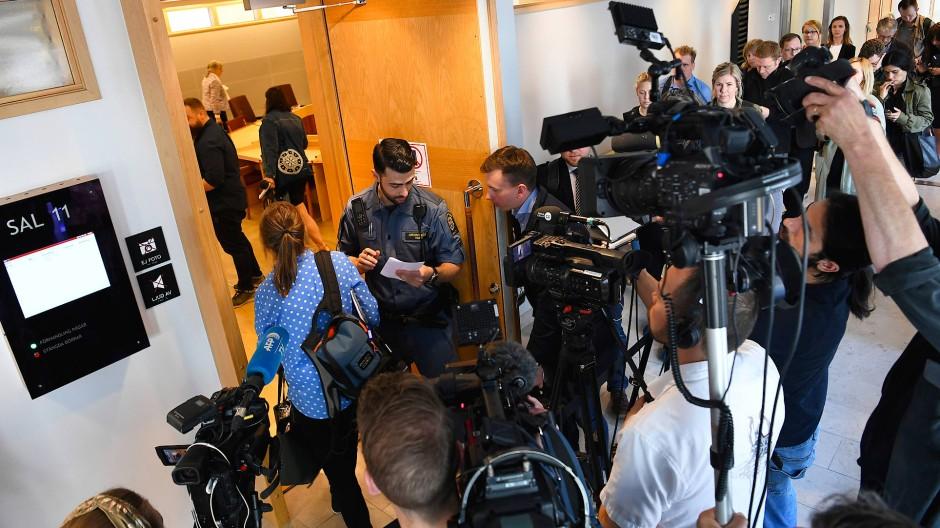 Medienvertreter sammeln sich am Montag vor dem Gerichtssaal in Uppsala (Schweden), in dem der Fall Assange verhandelt wird.