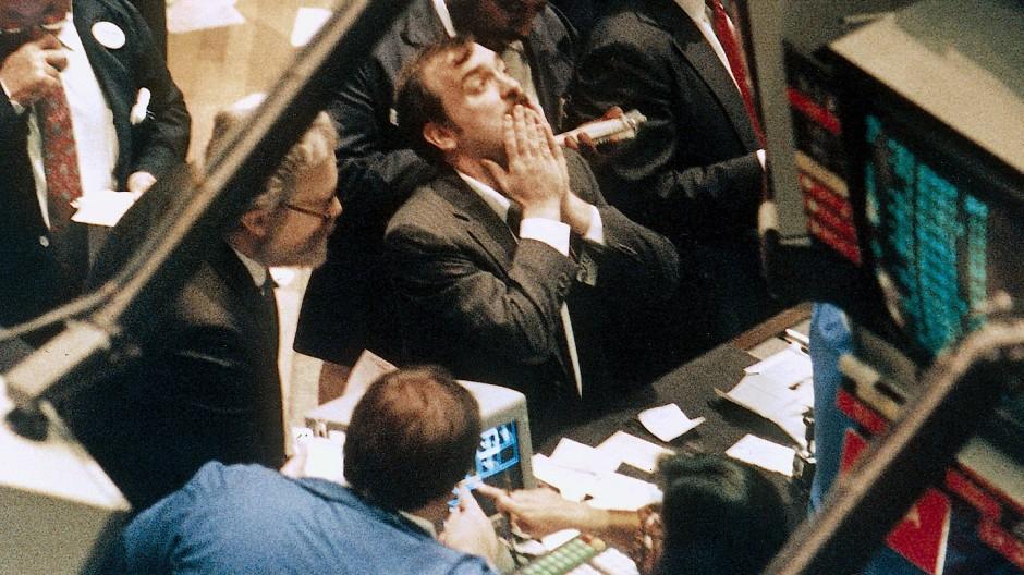 Ein Broker verzweifelt am Schwarzen Montag, dem 19. Oktober 1987, als der Dow-Jones-Index um rund 23 Prozent fiel. (Archivfoto)