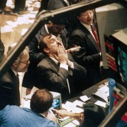 """Ein Broker verzweifelt am """"Schwarzen Montag"""", dem 19. Oktober 1987, als der Dow-Jones-Index um rund 23 Prozent fiel. (Archivfoto)"""