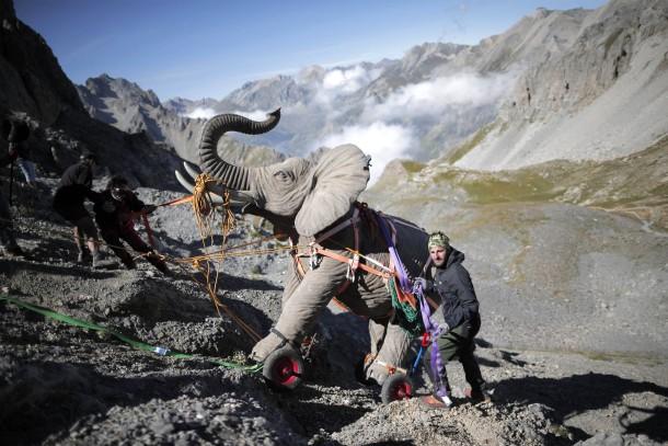 22. August 2014. Der Künstler Luc Dubost zieht mit Helfern einen 200 Kilo schweren Nachbau eines Hannibal-Elefanten über den Cavalla Pass.