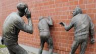 """""""Die Lauschenden"""" des Bildhauers Karl-Henning Seemann in Freiburg: Für den Staatstrojaner sind Wände durchlässig, für Strafverfolgungsbehörden ist die Rechtsordnung unverbindlich"""