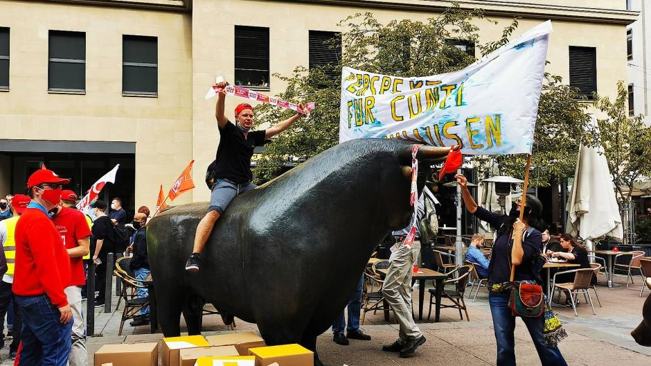 Rittmeister: Vor dem Börsengebäude in Frankfurt protestieren Conti-Beschäftigte gegen einen Stellenabbau und besteigen die Bullenskulptur, die steigende Kurse symbolisiert