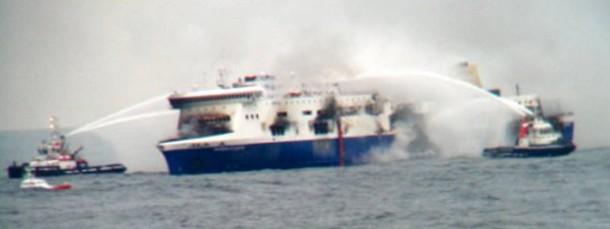 """Löschboote versuchen, das Feuer auf der """"Norman Atlantic"""" unter Kontrolle zu bringen."""