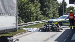 Motorradfahrer stirbt bei Kollision mit Lastwagen