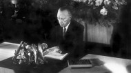 Historischer Moment: Konrad Adenauer, damaliger Präsident des Parlamentarischen Rates, bei der Unterzeichnung des Grundgesetzes