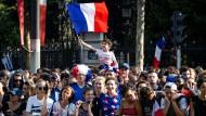 """""""On a 2 Étoiles"""": Nach dem Sieg in Russland feiert Frankreich seine Weltmeister."""