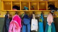 Jacken und Taschen hängen an der Garderobe in einem Kindergarten in Wandlitz