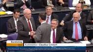 """""""Diese Hand ist ehrlich ausgestreckt"""": Volker Kauder und Cem Özdemir im Bundestag"""