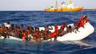 Flüchtlinge auf einem überfüllten Schlauchboot vor der Küste Italiens
