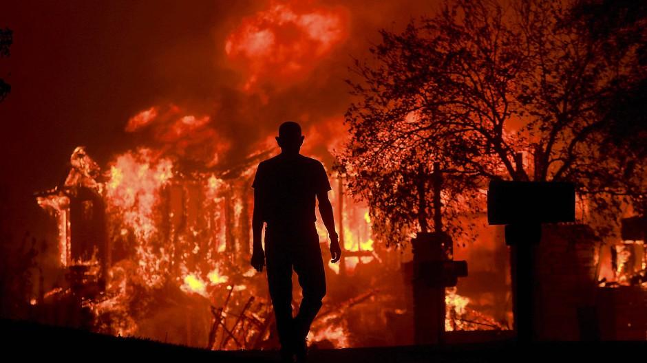 Ein Mann beobachtet in Fountaingrove, Kalifornien, wie Teile seines Wohnviertels niederbrennen.