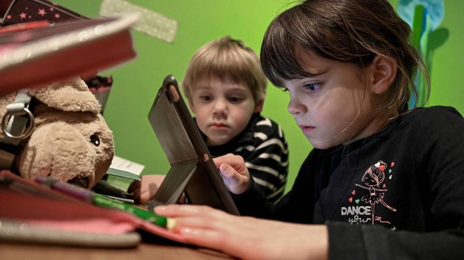 Kinder im nordrheinwestfälischen Wegberg lernen während der coronabedingten Schulschließungen zu Hause.