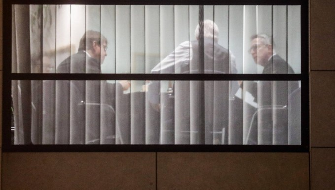 SPD-Vize Ralf Stegner (l.), Hessens Ministerpräsident Volker Bouffier (SPD) und Bundesinnenminister Thomas de Maiziere (CDU, r.) sitzen am Rande der Sondierungsgespräche zusammen.