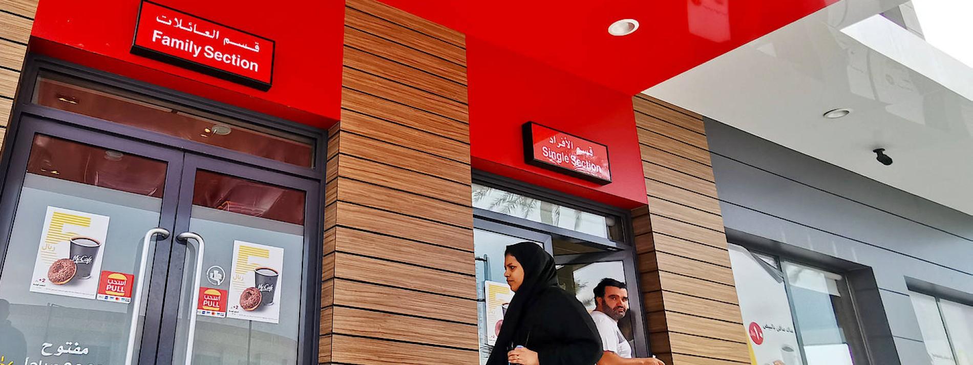 Saudi-Arabien beendet Geschlechtertrennung in Eingängen