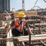 Bauarbeiter arbeiten auf einer Baustelle in Wuhan.
