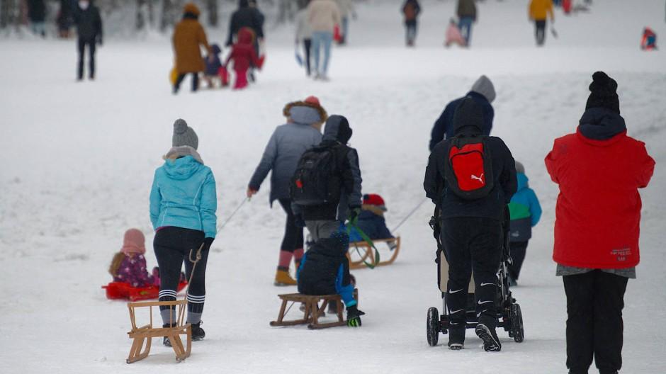 Besucher nutzen trotz der Sperrung eine Piste im Skigebiet in Winterberg.