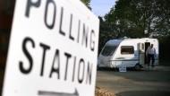 """Schild mit der Aufschrift """"Wahllokal"""" im britischen Melton Mowbray am Donnerstagmorgen"""