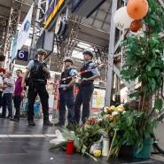 Am Tag nach dem tödlichen Angriff im vergangenen Juli sichern Polizisten das Gleis 7 am Frankfurter Hauptbahnhof.