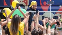 Brasilianische Fans tanzen Samba und feiern ihr Team
