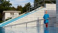 """Wasserfrau: Gabi Schirrmacher, Autorin des Handbuchs """"Public Swimming""""."""