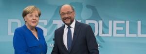 Die Bundeskanzlerin Angela Merkel und der SPD-Kanzlerkandidat und SPD-Vorsitzende Martin Schulz geben sich vor Beginn des TV-Duells die Hand.