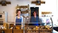 """Mehl und mehr: Nicole Kamrath (links) hat im """"Mehlstübchen"""" auch Brot und Backwaren zu bieten."""